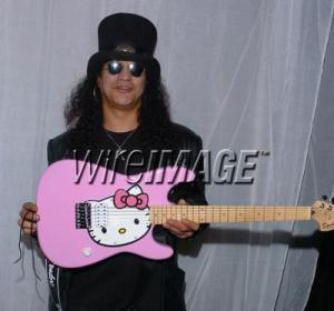 Slash con Fender Squire Hello Kitty